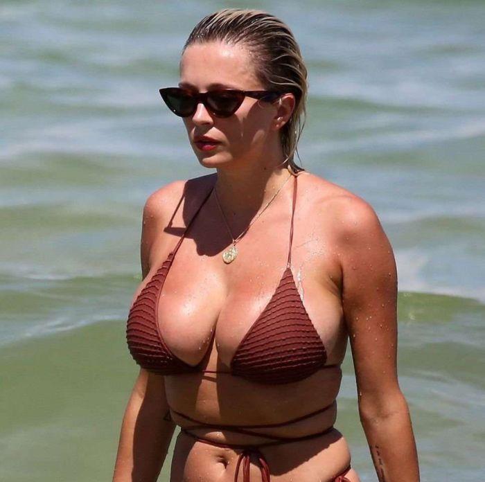 Caroline Vreeland On A Vacation In Bikini At The Beach In Miami